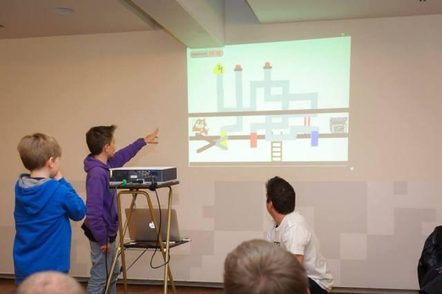 De kinderen tonen hun creaties op het eind van de coderdojo